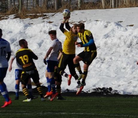 Kuben besegrade IFK Sundsvall på Värmecupens premiärdag med 2-0. På bilden plockar emellertid IFK-keepern Axel Hedenström ner en hörna. Foto: Janne Pehrsson, Lokalfotbollen.nu.