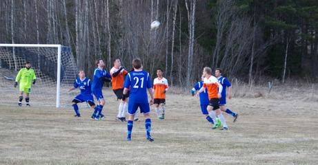 Kulan i luften och naturgräs! Nu är den lokala fotbollen igång på riktigt. Foto: Lokalfotbollen.nu.
