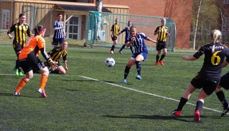 Häggenåsmålvakten Magdalena Svensson gör en av många fina reflexräddningar i matchen mot Kovland. De sex baklängesmålen till trots var hon planens främste aktör. Foto: Lokalfotbollen.nu.