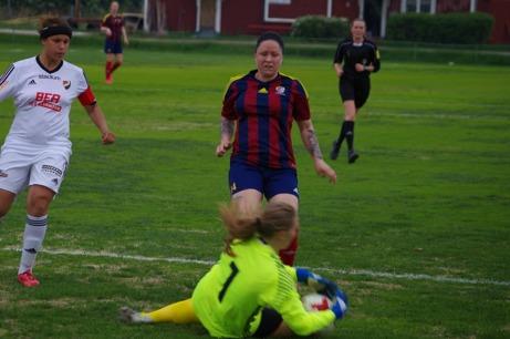 """Selångers segerskytt Angelica """"Angen"""" Lindholm Forsell är framme och oroar Enskedes målvakt Emilia Johansson bara dryga minuten efter att hon gjort 1-0. Foto: Lokalfotbollen.nu."""