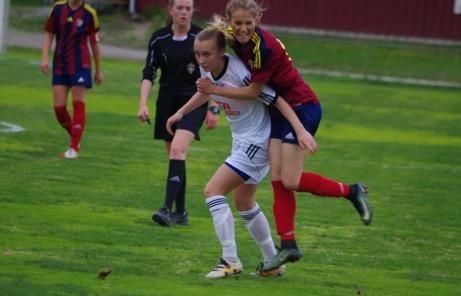 Det var en del tuffa närkamper i matchen men domaren Elsa Wisting hade bra koll. Foto: Lokalfotbollen.nu.