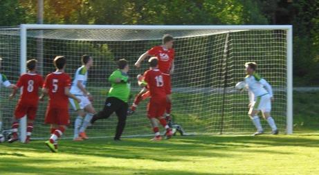 En omarkerad Jimmie Nordberg kroppar in 1-0 för Lucksta mot Slöråker på Semir Salias perfekt slagna vänsterhörna. Foto: Fredrik Lundgren, Lokalfotbollen.nu.