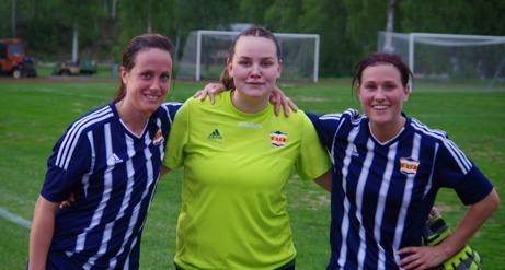 Duktiga Kovlandsmålvakten Sara Svensson flankeras av målskyttarna Veronica Söderström och Jenny NOrdenberg. Foto: Lokalfotbollen.nu.
