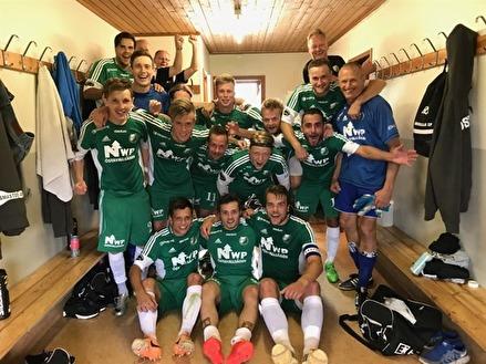 Östavalls IF jublar i omklädningsrummet efter segern uppe i Björna. Foto: Lars-Gunnar Nordlander.