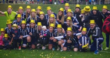 GULDHATTARNA PÅ! Kovlands IF vann damernas division 2 Mellersta Norrland 2017. Foto: Lokalfotbollen.nu.
