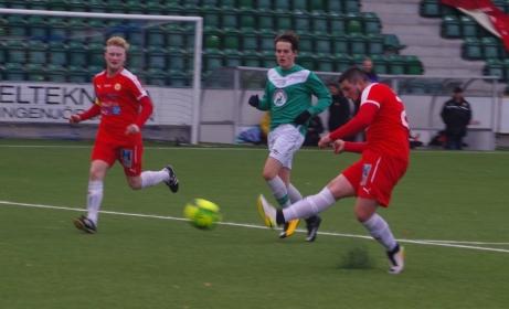 Sund vann första kvalmatchen till division 3 med 5-0 mot Höga Kusten. Här är inhopparen Haris Hadzic nära att öka på till tennissiffrorna 6-0. Foto: Lokalfotbollen.nu.