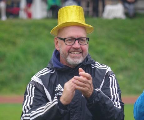 Kovlands tränare Anders Westlund, med guldhatt och allt, applåderar lagets serieseger, den andra på tre säsonger, och hans sista. Nu tackar nämligen Westlund för sig. Foto: Lokalfotbollen.nu.