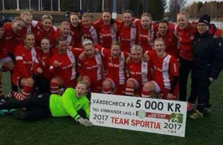 Stöde IF:s damer tog hem Team Sportia Cup i Umeå. Målvakten Ida Sperring har stenkoll på prschecken på 5 000 kronor.