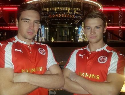 Gustav Arnberg och Oscar Lidström poserar i nya klubbens tröjor - som tack och lov inte är Arsenals utan Svartviks.