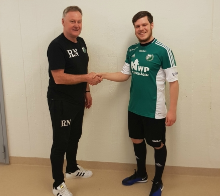 Tränaren Rhonny Nilsson hälsar nyförvärvet från IFK Sundsvall, Andreas Eriksson, välkommen till Östavalls IF. Foto: Östavalls IF.