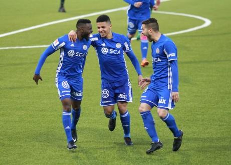 Maic Sema satte matchens enda mål efter en tvåfotare efterföljt av en vänsterslägga och gratuleras av imponerade lagkamrater. Foto: Anders Thorsell, sundsvallsbilder.com