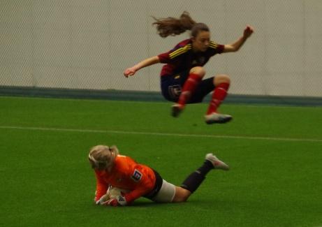 IFK Timrå skrällde i premiären av årets DM-fotboll genom att besegra division 1-laget Selånger FK. Rosie Nilsson satte segermålet och Emelie Berg (bilden) svarade för en prickfri insats mellan stolparna och höll nollan. Foto: Janne Pehrsson, Lokalfotbollen.nu.