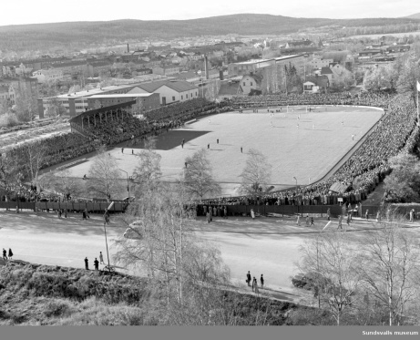 Idrottsparken stod färdig den 6 augusti 1903. Bilden är tagen i samband med publikrekordet då GIF Sundsvall mötte Högadals IS i en kvalmatch till Allsvenskan den 15 oktober 1961 då hela 16 507 åskådare knött sig in på arenan.