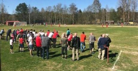 Årets första naturgräs locjade storpublik till Stöde IP. Och den fick se en hemmaseger för tjejernas division 2-lag. Foto: Linda Malmström.