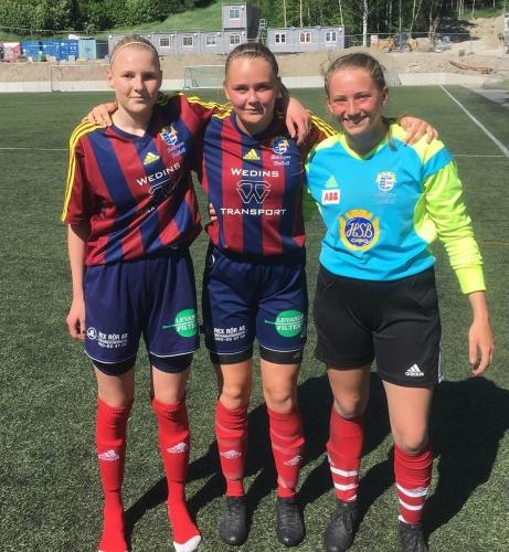 Selånger besegrade Häggebås med 4-1. På bilden posterar tvåmålsskyttarna Alicia Holmberg och Tilda Wärulf tillsammans med duktige målvakten Wilma Hultman. Samtliga tjejer födda 2003. Foto: Henrik Ytterström.