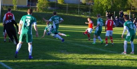 Haris Devic möter Daniel Näslunds snett inåt bakåt pass direkt och Svartvik tar en 2-0-ledning i derbyt mot Östavall. Slutresultat 3-1. Foto: Lokalfotbollen.nu.
