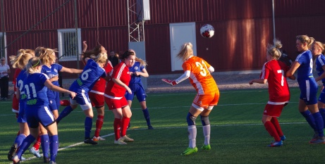 Jenny Eriksson Palmgren nickar in 4-0 för Kovland på hörna. Foto: Pia Skogman, Lokalfotbollen.nu.