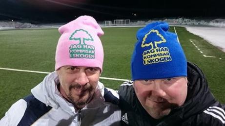 """Fotbollen förbrödrar! Här är Ånges tränare Magnus Bjurén och Selångers Tomas Jonsson iklädda varsin """"Håkki-mössa"""" (Tomas """"Håkki"""" Eriksson, tränare m.m. för Fränsta/Ljunga."""