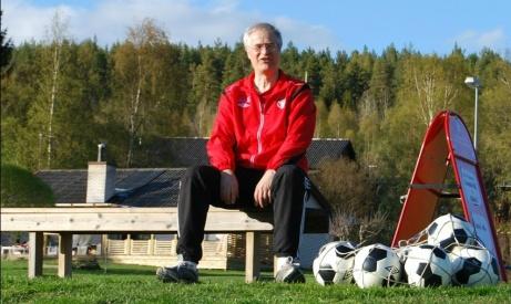 Jonas Wallvik sitter säkert! Den 63-årige doktorn kör vidare med sitt älskade Granlo BK: Foto: Lokalfotbollen.nu.