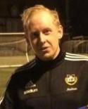 Andreas Jonsson tränar inte bara serieledarna i Medelpadsfemnman utan är även assisterande i Matfors A-lag i fyran.