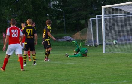 En av dom nio bollarna som stackars Kubenkeepern Joakim Wallin tvingades släppa förbi sig mot Svartvik uppe på Hemmanet. Foto: Pia Skogman, Lokalfotbollen.nu.