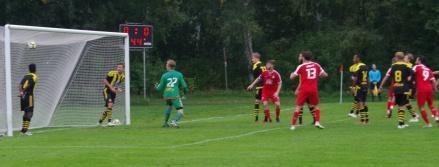 Adam Kerfstedt 1-0på nick i den första halvlekens slutsekunder sitter precis. Ett psykologiskt mål. Foto: Pia Skogman, Lokalfotbollen.nu.
