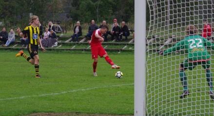 Gjynet Berisha drar dit 4-0 med vänstern i slutminuten. Foto: Pia Skogman, Lokalfotbollen.nu.