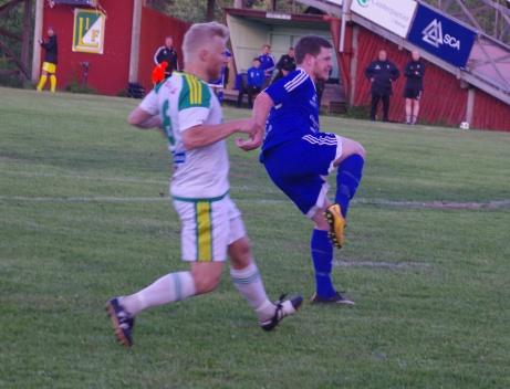 Här tror hela Tuna Socken att Andreas Eriksson ska kvittera i den femte övertidsminuten. Foto: Janne Pehrsson, Lovalfotbollen.nu.