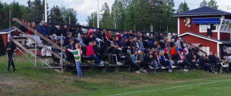 Välfylld läktare på Sörforsvallen. Foto: Janne Pehrsson, Lokalfotbollen.nu.