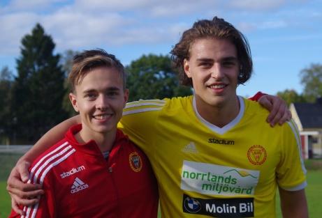 Här är Alnögrabbarna som vände 0-1 i paus till en 3-1-seger hemma mot Indal. Till vänster tvåmålsskytten Linus Grelssonoch till höger straffskytten till 3-1, Robin Nymo. Tack vare trepoängaren har Alnö fortfarande chansen att avancera till Medelpadsallsvenskan. Foto: Pia Skogman, Lokalfotbollen.nu.