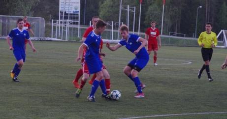 Alnö hade svårt att komma igenom Matfors 2: solida försvar. T h duktige domaren Rani Majed Amir. Foto: Janne Pehrsson, Lokalfotbollen.nu.