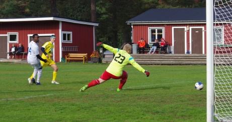 Linus Grelson kvitterat för Alnö med ett vänsterskott förbi Indals målvakt Joakim Karlsson. Bara ett par minuter senare skickade han in segerbollen rakt upp i krysset, men samma vänsterfot. Och då hann inte ens Lokalfotbollen med. Foto: Pia Skogman, Lokalfotbollen.nu.