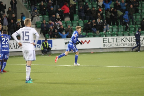 Oliver Berg jublar efter att ha kvitterat i den 89:e minuten mot Djurgården. Foto: Anders Thorsell. Sundsvallsbilder.com.