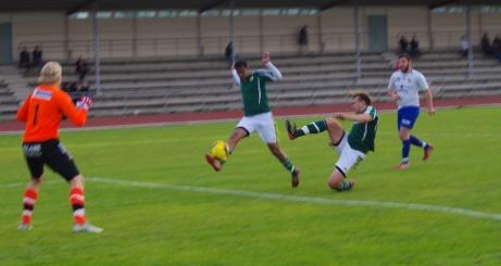 Luckstas Nebil Beyan drar in 1-0 på volley mot IFK Sundsvall. Foto: Janne Pehrsson, Lokalfotbollen.nu.