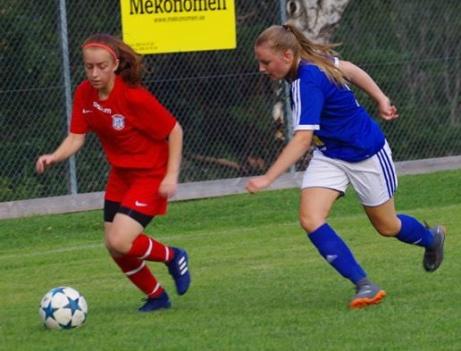 Röda Sundsvalls FF vann en jämn och målrik match mot blåvita Matfors IF på Thulevallen med 4-3. Foto: Pia Skogman, Lokalfotbollen.nu.
