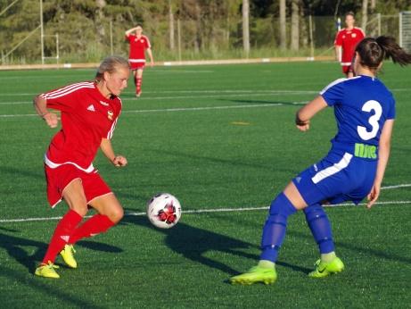 Emelie Birgersson utmanar Sime Hesso. Foto: Pia Skogman, Lokalfotbollen.nu.