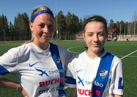 Här är duon som gjorde nio av Timrå 2:s tolv mot mot Njurunda. Tll vänster Matilda Svensson (fyra mål) och Fionida Rexhaj (fem mål). Foto: Martina Grönlund.