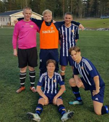 Några av Kovlands förgrundsfigurer i 6-0-segern mot Nedansjö. Stående från vänster: 16-åriga målvakten Linus Lind (som gjorde div. 4-debut och höll nollan), Jesper Eliasson (matchens första målskytt), Oskar De Vahl (två mål). Sittandes: Casper Engstrand (hattrick) och John Hellberg (som spelade fram till flera av målen). Foto: Andreas Svedberg.