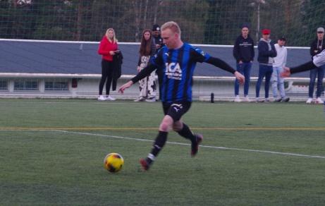 """Ljunga/Fränstas duktige anfallare Andreas Modén hade många bra lägen att stänga matchen mot IFK Sundsvall. Här är bara en av chanserma som """"lånekeepern"""" från Sund, Kasper Pedro, smuvar honom på. Men till slut i den 90:e minuten lyckades han få hål på Kasper - och då nästan från dödlinjen... Foto: Janne Pehrsson, Lokalfotbollen.nu."""