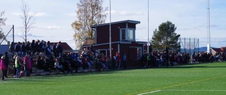 Det var mycket publik på seriefinalen. 426 personer trängdes runt konstgräset uppe på Löta. Men publikrekord? Icke! Det var över 700 i derbyt mot Ljustorp för några år sedan. Foto: Pia Skogman, Lokalfotbollen.nu.