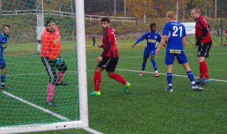 Niklas Mattsson (randig längst till höger) nickar in 1-0 på hörna i den sjätte minuten. Trodde alla. Men domaren hittade en knuff i ryggen någonstans och målet blev bortdömt. Det var det närmaste hemmalaget kom i kvalmatchen mot IFK Strömsund. Foto: Pia Skogman, Lokalfotbollen.nu.