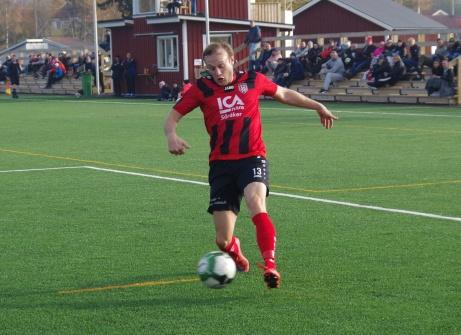 Söråkers Emil Sjögren driver in i straffområdet. Foto: Pia Skogman, Lokalfotbollen.nu.
