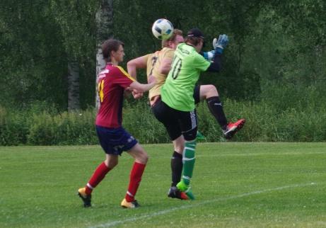 Hård duell mellan Wiskans Jens Söderberg (i gult) och Selångers målvakt Andreas Larsson och försvararen Erik Larsson. Foto: Pia Skogman, Lokalfotbollen.nu.
