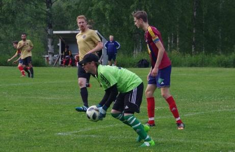 Selångers målvakt Andreas Larsson lägger vantarna på kulan. Foto: Pia Skogman, Lokalfotbollen.nu.