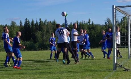 Hasselkeepern Yehannes Gebremichael Abera ger sig ut i trängseln och knockar bort en hörna. Foto: Pia Skogman, Lokalfotbollen.nu.