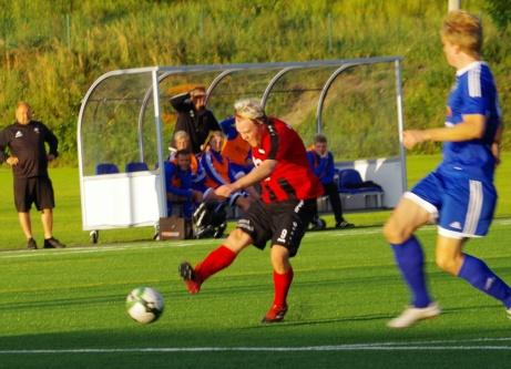 Martin Vestin prickskjuter in Söråkers 2-1-mål. Foto: Pia Skogman, Lokalfotbollen.nu.