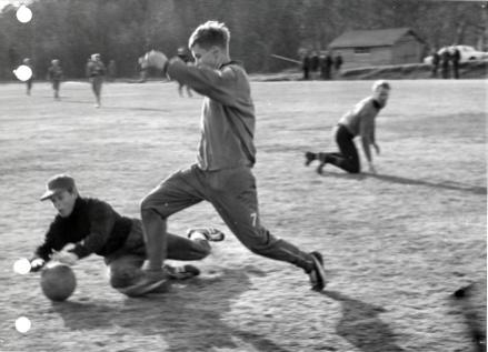 Stöde IF:s Kjell Edström rundar motståndarmålvakten i en match på 1960-talet. Foto: http://www.bernth-ivar.se/