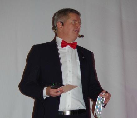 Förre spelare och tränaren Mikael Lundström var konferencier och skötte den sysslan till full belåtenhet. Foto: Pia Skogman, Lokalfotbollen.nu.