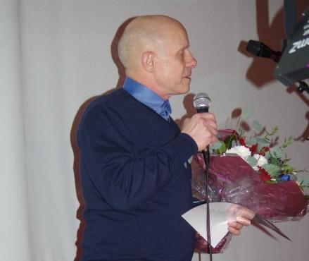 Medelpads Fotbollförbunds Roger Backlund var en av manga som hyllade jubilaren Stöde IF. Foto: Pia Skogman, Lokalfotbollen.nu.