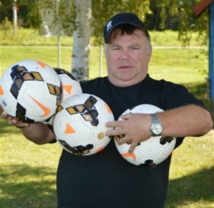 """Mikael Backlund har många bollar i luften som synes och fick, precis som AnnSofie Brännwall här ovan, priset som """"Årets Eldsjäl"""". """"Micke"""" jobbade tyvärr denna afton och kunde inte vara med i firandet men utmärkelsen var mer än välförtjänt. Foto: Bernth-Ivar Henriksson, Stöde."""